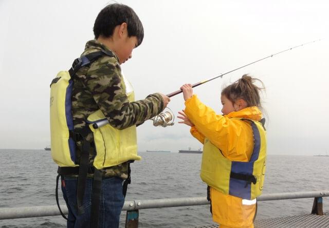 小学生くらいの子供と釣竿