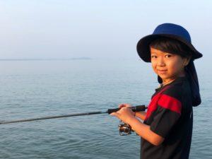 釣竿を持つ子供