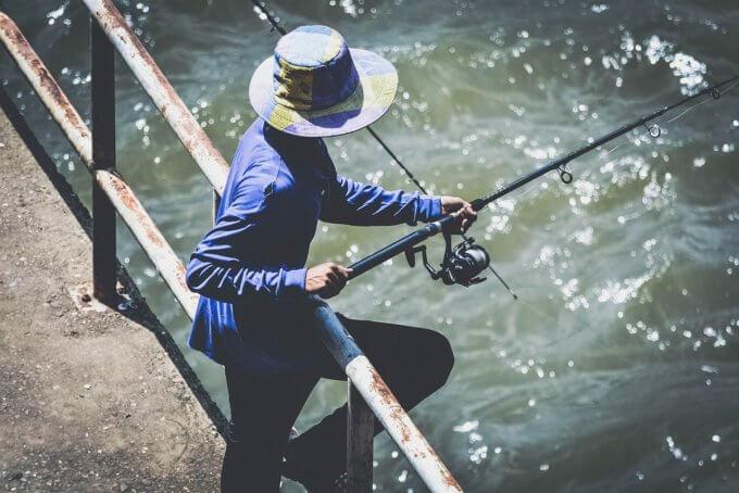 帽子を被った釣り人