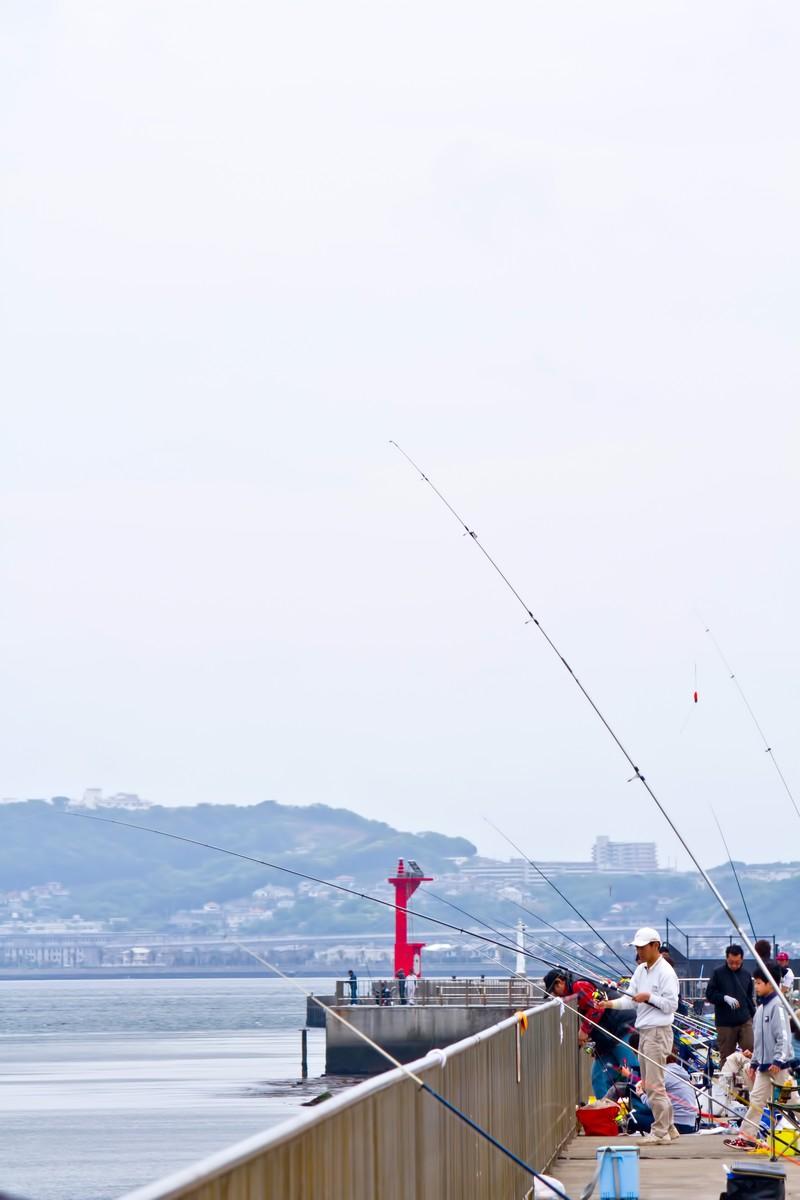 たくさんの人で賑わう堤防釣り場