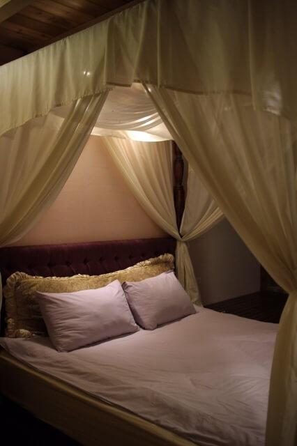 テントのように大きいベッド