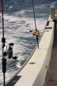 船縁に刺さる釣竿