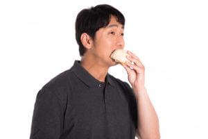 軽食を食べる男