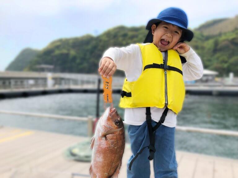 魚を釣った子供
