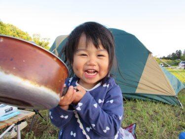 キャンプで笑顔の子供